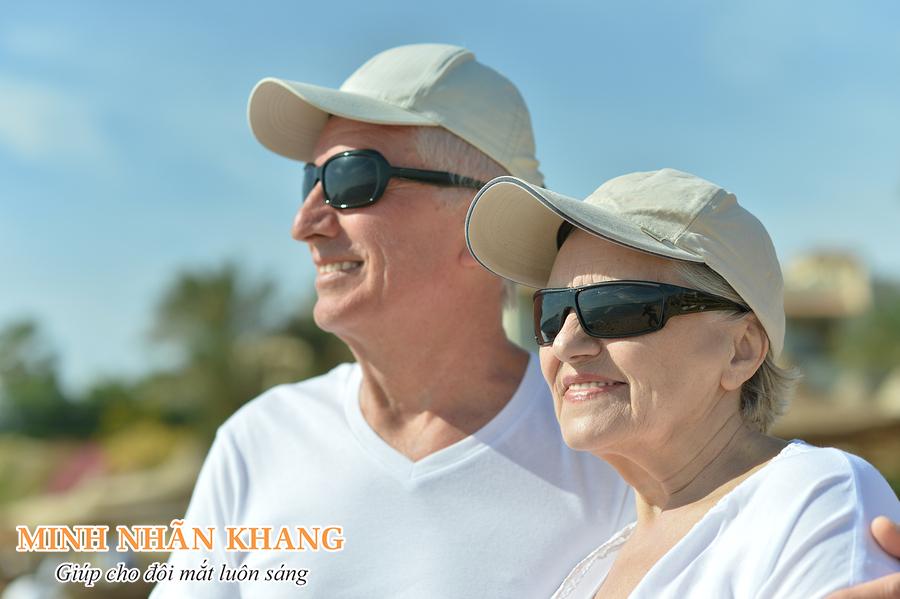 Đeo kính râm khi ra ngoài trời nắng giúp bảo vệ đôi mắt